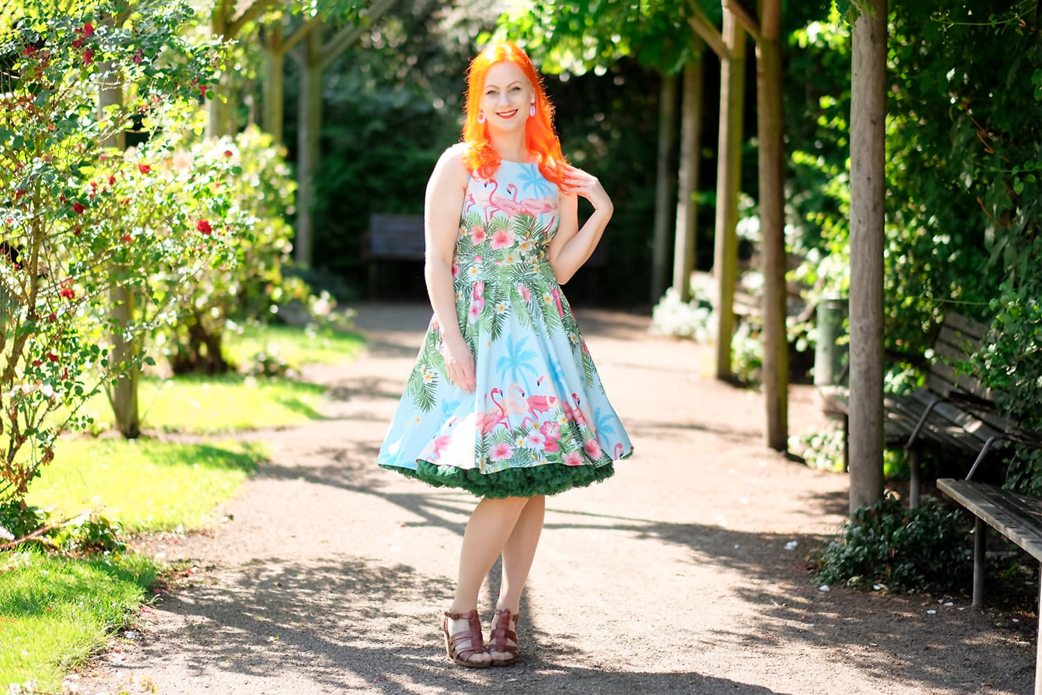 En Lady V London Flamingo border dress og et Petticoat fra Malco Modes