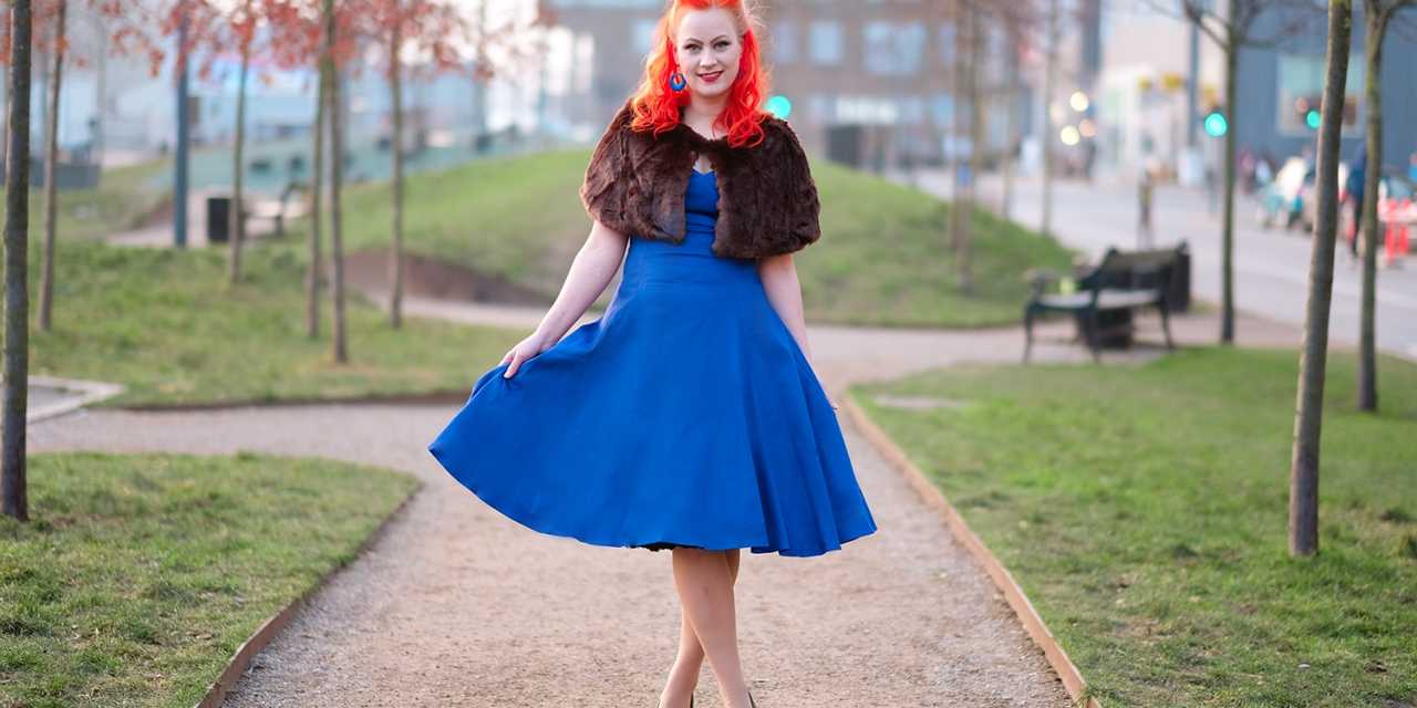 En Collectif Regina doll dress, og en fake fur kappe